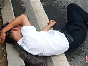 �v�R店一醉酒男子��街酣睡 警民合力助其回家