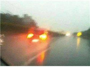 暴雨天气看不到路,立马打开双闪灯是对还是错?