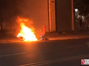 下郭文雅路一辆摩托车突然起火,烧剩堆铁…