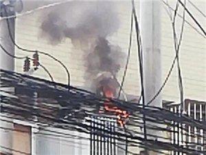 萍乡一摊贩?#36824;?#22836;顶变压器着火还在做生意......