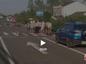 【现场视频】霍邱S343快速通道摩托车与轿车碰撞,1人当场死亡…