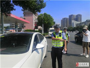 """交警队员:守护交通安全的""""蓝""""朋友"""