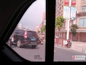 十字路口多注意车辆