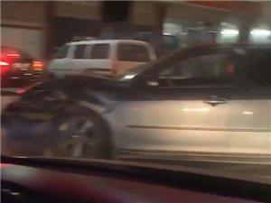 可恶!化州一小车撞车后竟公然逃逸!