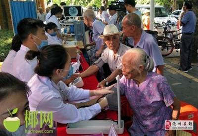 万博manbetx水晶宫为响应第二届中国医师节开展义诊活动现场聚集众多老年人