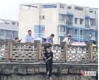 富顺红旗大桥有人跳河,警察紧急出动。
