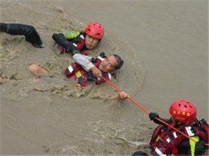 4村民被困��子河中央�@救