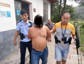萍乡一男子手持器械打砸邻居家东西