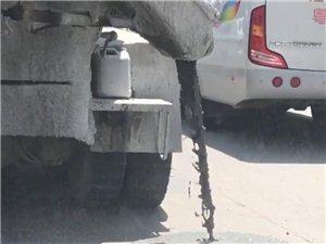 事发化州!有人一边开车一边倒屎!