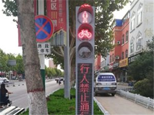 """博城十字路口出现""""电子交警"""",规范行人过马路!"""