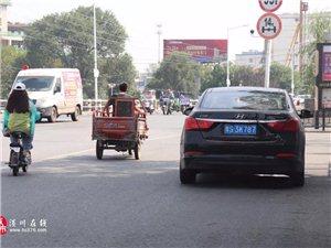 有车位不停?亚博体育yabo88在线滨河路上汽车堵路,清扫车只能这样做...