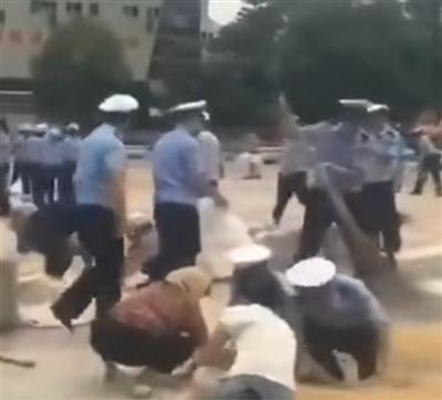 暖心!亚博app官网,亚博竞彩下载交警帮助老百姓抢收稻谷,温情一幕!