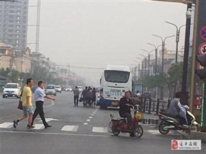 爆料:澳门金沙网址站中心岗附近大巴车长时间停机动车道揽客
