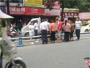 盐亭凤灵寺路段一电瓶车撞上护栏,车主受伤!