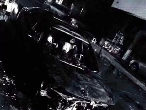 化州上街垌十四米街一辆小车着火,烧到只剩空架……