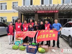 哈尔滨文明爱心志愿者协会会长王继辉一行来到巴彦敬老服务中心和老人们一起