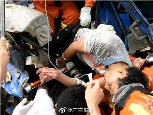 化州一货车追尾,司机昏迷被困!