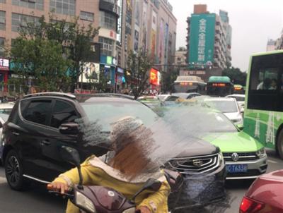 天啊!自贡一大妈马路中间拦公交车,结果...