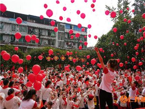 仁寿县幼儿园:红歌传唱为祖国庆生