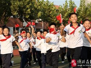 """博�d�h第一小�W生�M成""""70""""造型�]舞��旗迎接���c�,�F�龊⒆���崆楦�q"""