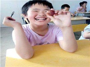 寻乌县爱心老板来特殊学校看望孩子们