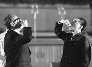 周总理与外宾举杯 ????