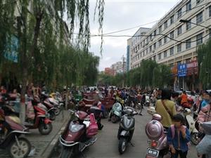 大家来看看潢川人口密集的一条路,骑个电瓶车还能给我堵迟到...