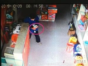 桐城:�大包天,一男子大白天在超市收�y�_抓�X!