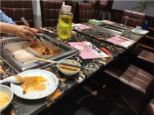 两个人不止占了一个房间,还占了一张桌子,有种贵族餐厅的感觉