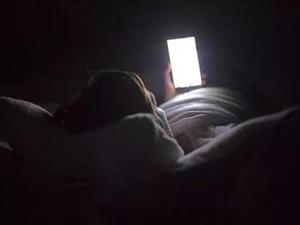 每天玩手机10小时,小姑娘变色盲,原因是蓝光?