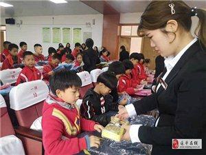 """澳门威尼斯人娱乐网站""""学府花园""""到第五小学为贫困学生捐赠书包文具盒等学习用品"""