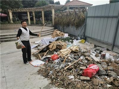 """无语!""""白鹤林小区垃圾成堆"""