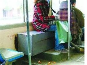 曝光!都�l生在西��公交�上..