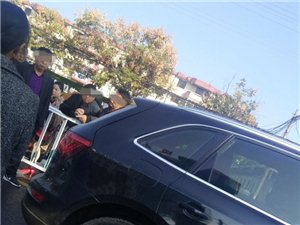危险!潢川县三环路上一辆小货车追尾奥迪,现场竟有人当看客!