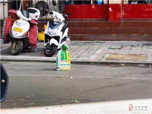 """【汝州万象】公共车位沙袋""""站桩"""" 公共资源怎能商户私占?"""