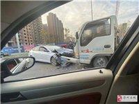 滑县街头两车相撞,现场触目惊心!