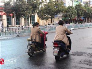 街头实拍!亚博体育yabo88在线跃进路上这三人骑车并排走,占了大半个道路,后面的车...