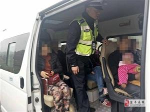 交警大队工业园区中队查获两起面包车超员违法行为