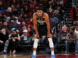 NBA共有10�霰荣�,感�X群�逐鹿的�r代最好看!
