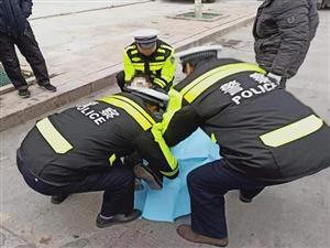 冬日街�^暖心一幕――博�d交警巡�途中及�r救助事故受��人�T�A好�u