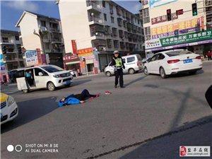 盐亭嫘祖大道车祸,一轿车撞倒行人!