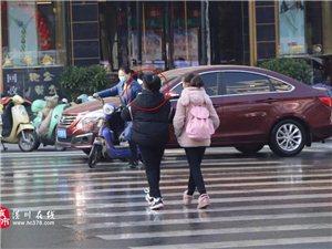街头实拍!亚博体育yabo88在线家长们,过马路低头玩手机的有你家孩子吗?