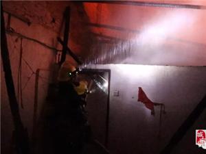 高州西关街一间瓦房发生火灾,出动两台消防车到现场!