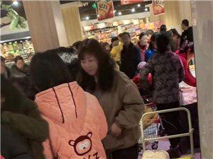 固始�啡f家超市周年�c,店里人真多!