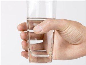 寒冷冬季身�w更容易缺水!尿液呈深�S色就需要警惕了