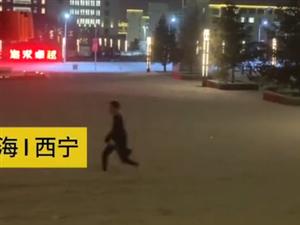 一字�R玩雪!青海�@群女大�W生火了…