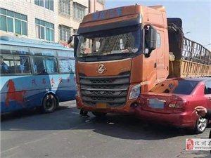 突发!化州北京桥头小车与大货车干上!被180°转向!