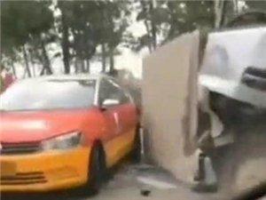 化州南盛四车相撞,货车侧翻损毁严重,伤亡情况不明…