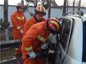 平邑两车相撞一人被困!消防紧急救援!