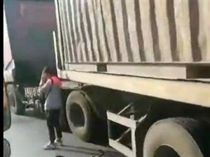 命大!化州网友路遇:自行车倒在大货车底?人都吓哭了!